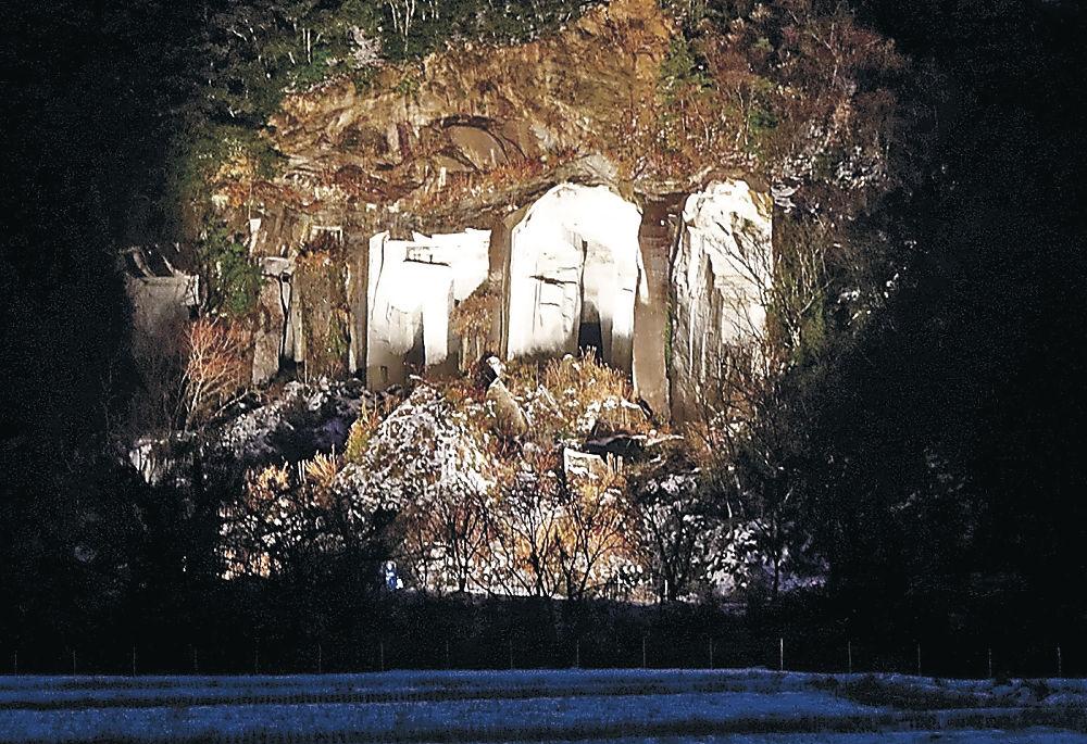 ライトで照らされた滝ケ原西山石切り場跡=小松市滝ケ原町