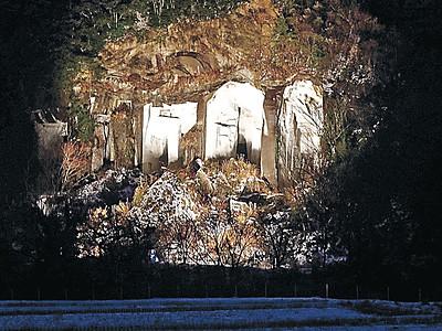 幻想的にライトアップ 小松・滝ケ原西山石切り場跡