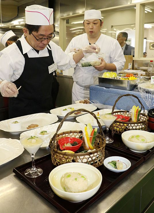 SAの調理スタッフが新メニューを競ったコンテスト=14日、新潟市中央区