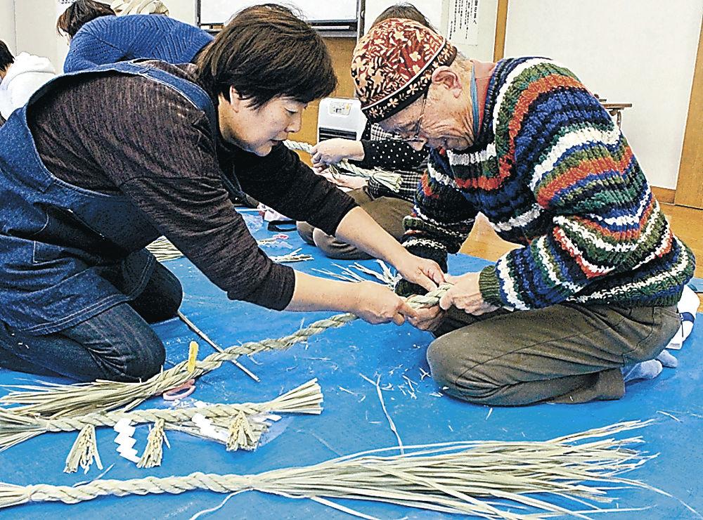 マコモの葉でしめ飾りを作る参加者=津幡町井上コミュニティプラザ