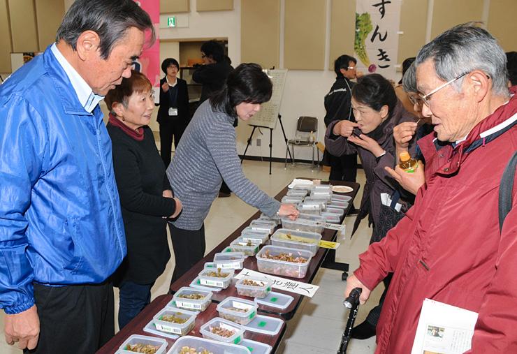 「すんきコンクール」の出品作を味わう参加者たち