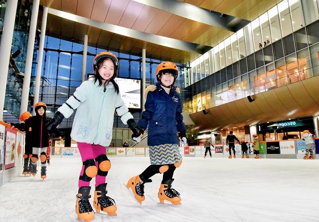 オープンしたハピリンクでスケートを楽しむ子どもたち=15日、福井市のハピリン屋根付き広場ハピテラス