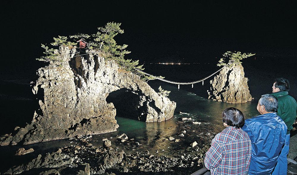 冬の夜に浮かび上がる機具岩=志賀町富来七海