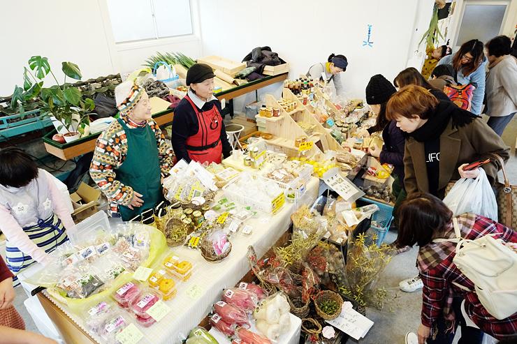 新鮮な農産物や加工品を買い求める人でにぎわう「なやマルシェ」=中島果樹園