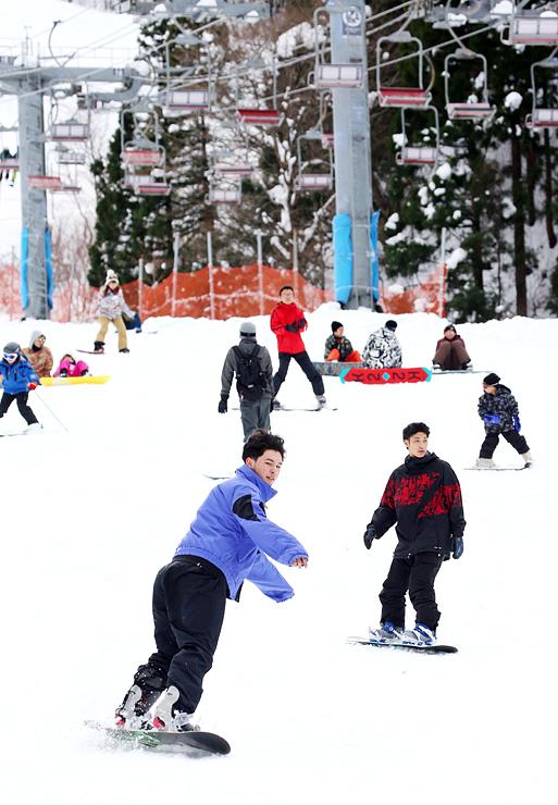 初滑りを楽しむ大勢のスキーヤーやスノーボーダー=立山山麓スキー場らいちょうバレーエリア