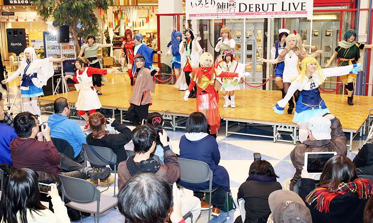歌や踊りを披露するいろどり錬磨のメンバー=ファボーレ