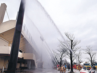 大火に備え「水のカーテン」 金沢市消防局、新機材で訓練