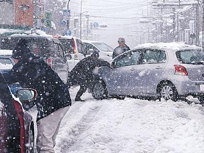 金沢積雪30センチ 12年ぶり12月の大雪、スリップ事故も多発