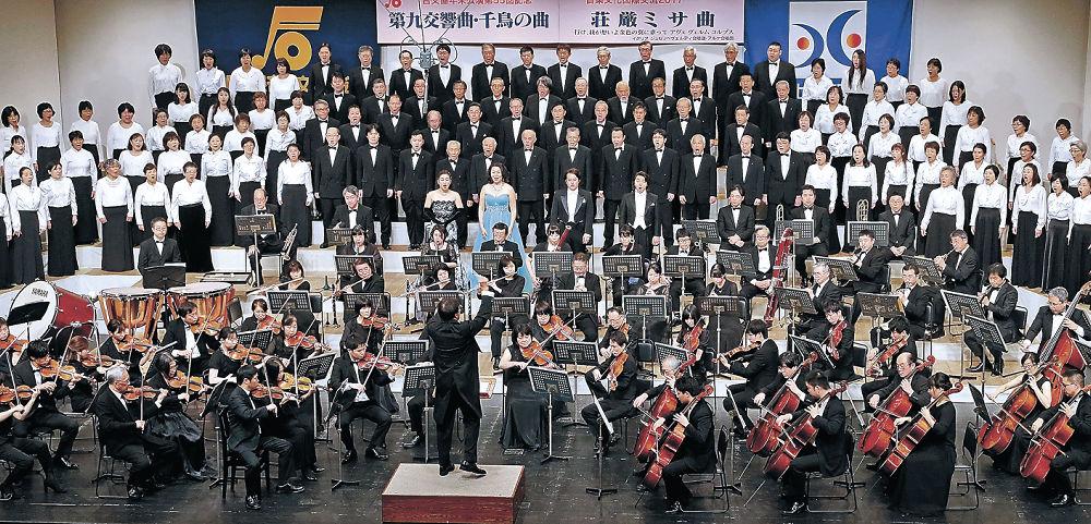クライマックスの「歓喜の歌」を壮大に響かせる出演者=金沢市の金沢歌劇座