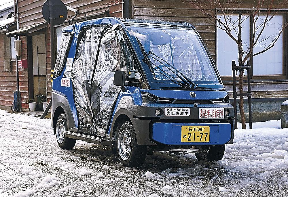 公道を無人で自動走行する電動カート=輪島市河井町の輪島工房長屋周辺