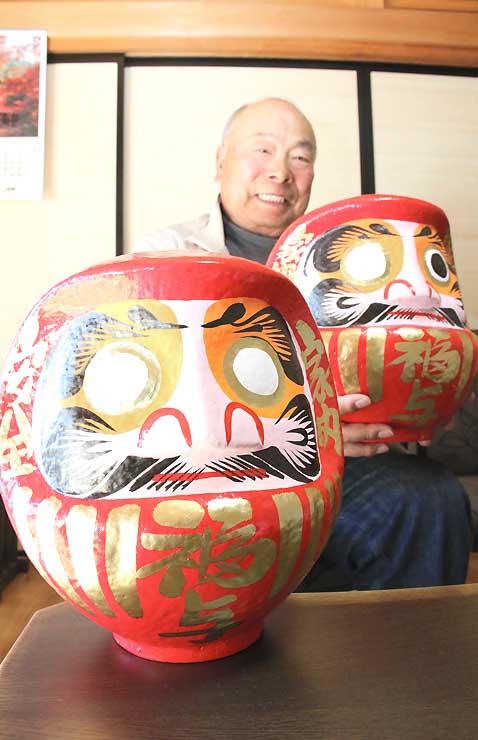 福与元気村が販売する「福与だるま」と米沢さん
