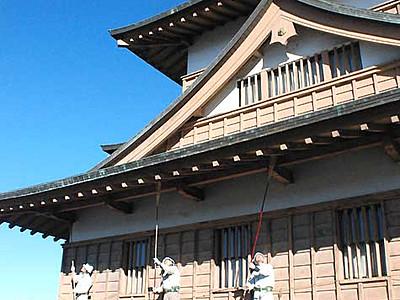 高島城、きれいな姿で新年へ 諏訪市職員がすす払い