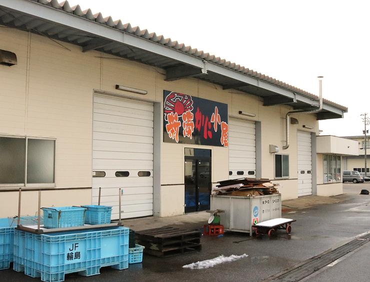 来年1月のオープンに向けて準備が進む「新湊かに小屋」=射水市八幡町