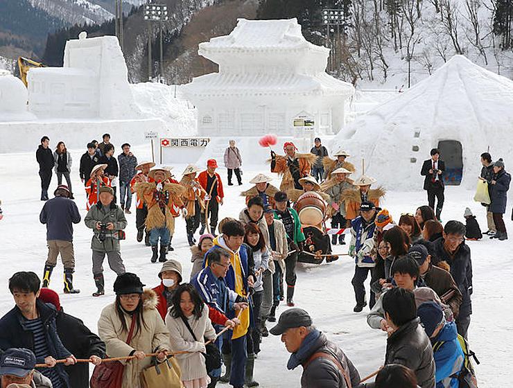 丑曳きで活気づく南砺利賀そば祭り。2年ぶりの開催が決まった=2016年2月、利賀国際キャンプ場