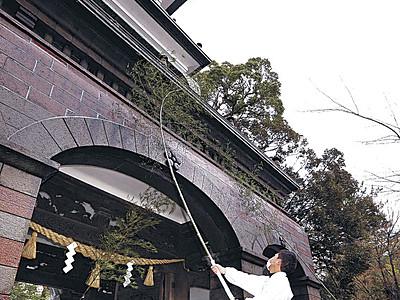 すす払い、新年準備 金沢・尾山神社