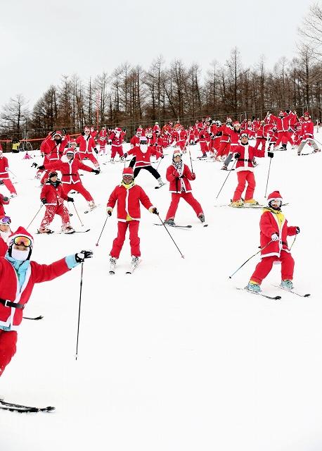 サンタ姿で滑るスキーヤー=栃木県のマウントジーンズ那須(東急リゾートサービス提供)