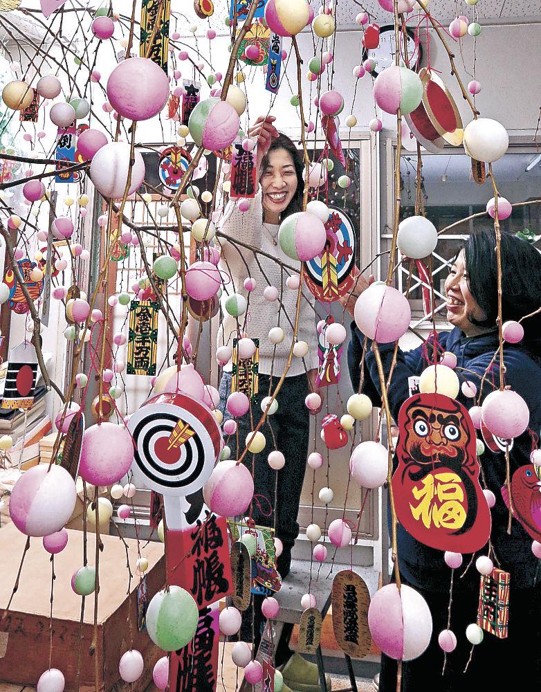 年末になり、盛んになった「繭玉」づくり=小松市大文字町