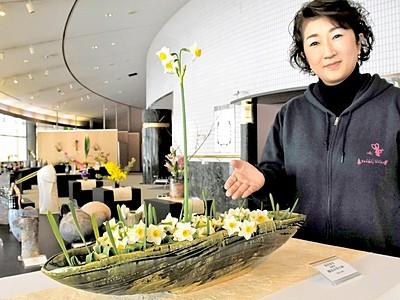 越前焼が水仙とかれんに共演 陶芸村文化交流会館