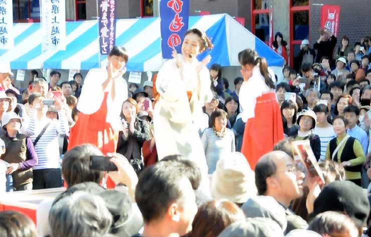 上田城紅葉まつりで「雁金をどり」を披露する長野さん(中央)=11月