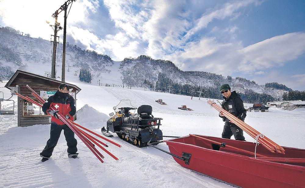 目前に迫るオープンを前にゲレンデの準備を進めるスタッフ=白山市の白山一里野温泉スキー場