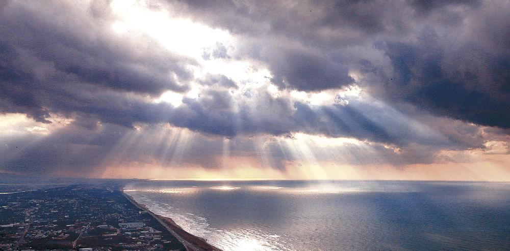 石川県 冬の海岸に天使のはしご ...