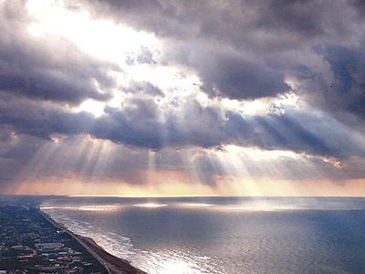 冬の海岸に天使のはしご 石川県内、雲間から日差し