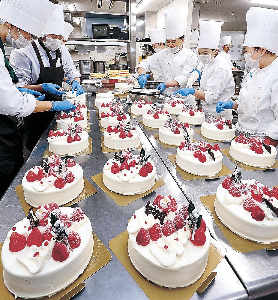 クリスマスケーキ作りに追われるスタッフ=金沢市内のホテル