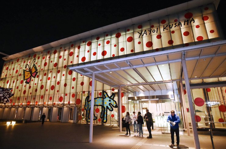 「ナイトミュージアム」を初めて実施し、外国人観光客らでにぎわう松本市美術館