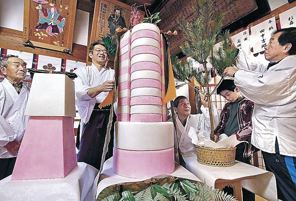 鏡餅を飾り付ける関係者=金沢市天神町1丁目の田井菅原神社