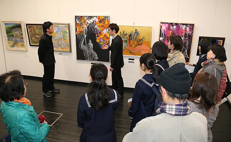 講評会が開かれた「TOMIICHI中学生造形コンクール」の会場=県民会館地下展示室