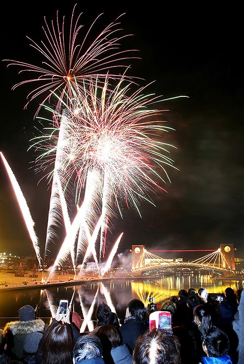 冬空と水面を彩る花火=富岩運河環水公園(多重露光)