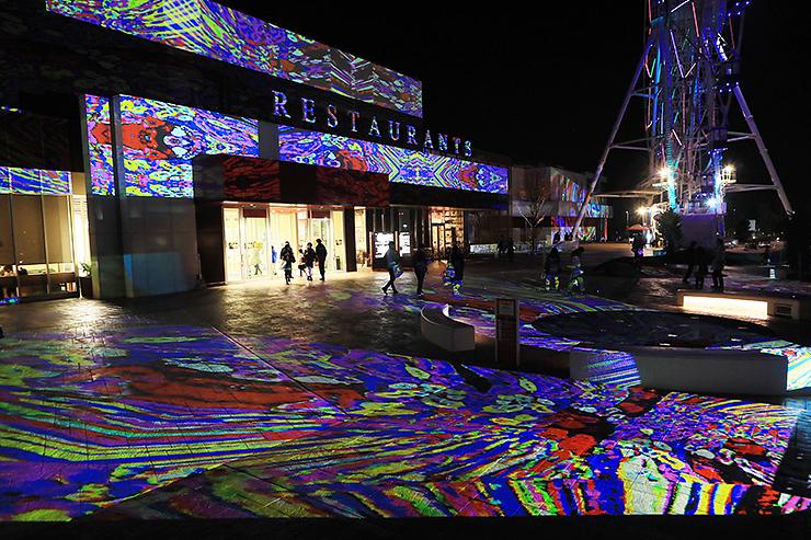 さまざまな模様の光のアートが外壁を彩るデジタル掛け軸=三井アウトレットパーク北陸小矢部