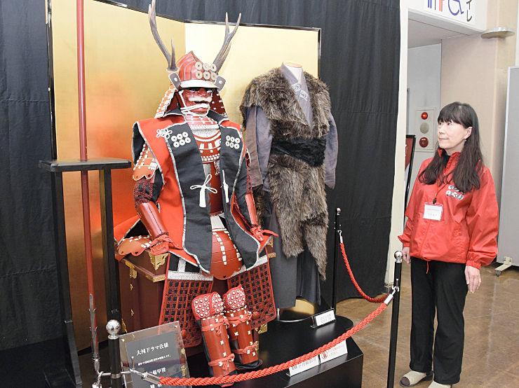 「真田丸」の劇中で使った衣装のレプリカが並ぶ展示スペース