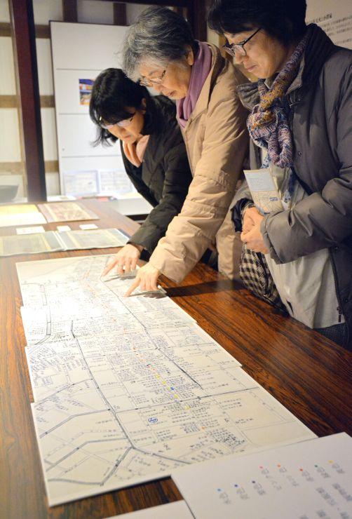 市場や商店などでにぎわった「本町通」の歴史を伝える企画展=24日、新潟市中央区