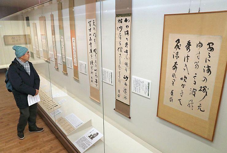 直筆の歌書などが展示された企画展「会津八一と吉野秀雄~師として弟子として~」=22日、新潟市中央区