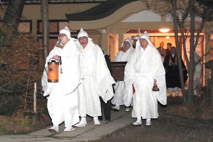 善光寺の御供所から本堂へ向かう住職ら=24日午前1時44分