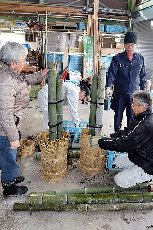 大みそかに粟原諏訪社に並べる竹灯籠や門松を作る粟原地区の住民ら