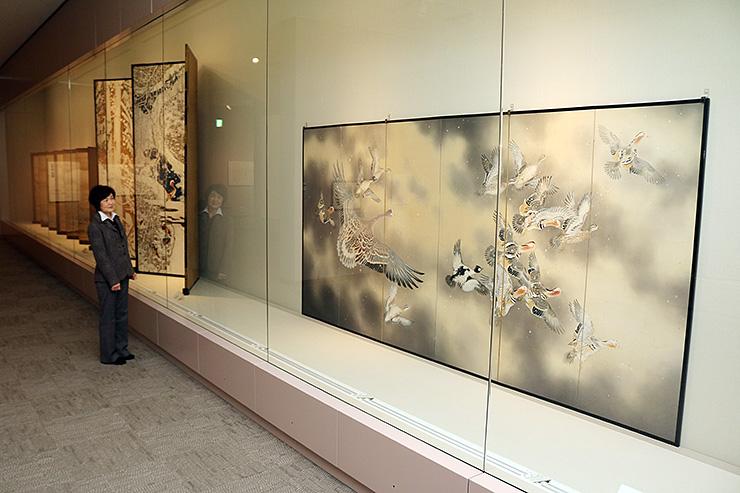 渡り鳥などをモチーフに冬を感じさせる作品が並ぶ展示