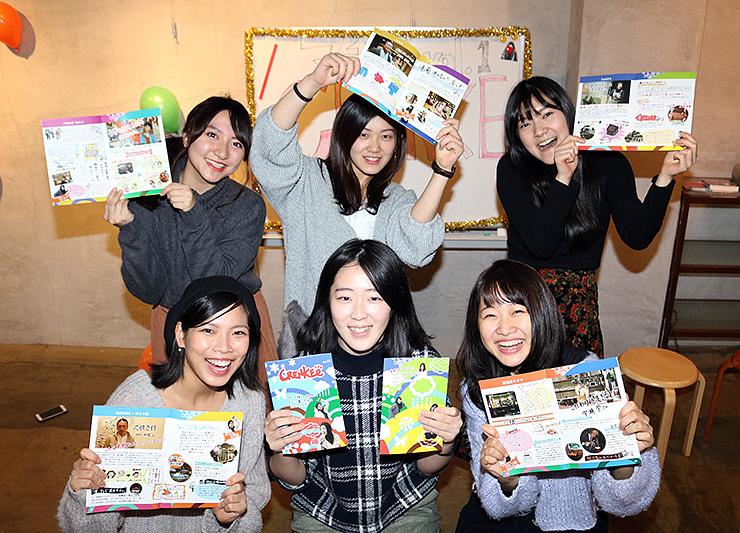 自身の担当したページを披露する(前列右から時計回りに)野崎さん、吉田さん、竹丸さん、舘鼻さん、小澤さん、木村さん=マチノス