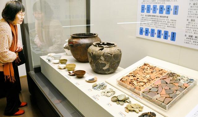 出土した無数の陶磁器片や修復工程を紹介する特別公開展=24日、福井市の県立一乗谷朝倉氏遺跡資料館