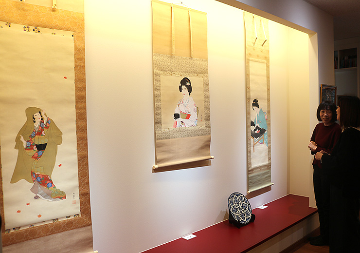 さまざまな画家が描いた美人画が並ぶ会場