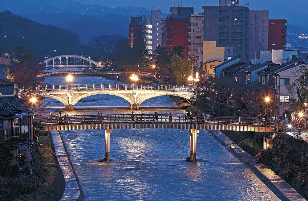 手前から中の橋、浅野川大橋、梅ノ橋、天神橋がライトアップされた浅野川界わい=25日午後5時、金沢市彦三1丁目から