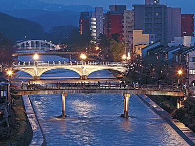 浅野川に輝くアーチ 4つの橋のライトアップ始まる