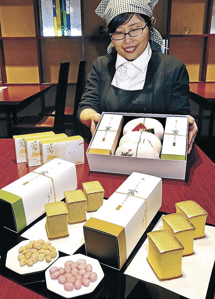 岡田さんと宮崎さんの結婚発表時に贈られた金箔カステラなどの詰め合わせ=金沢市内の百貨店