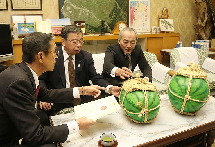 笹島町長(左)に登録を報告する細田組合長(中央)と嶋先組合長