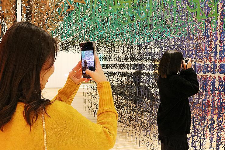 スマートフォンで「COLOR OF TIME」を撮影する来館者=富山県美術館