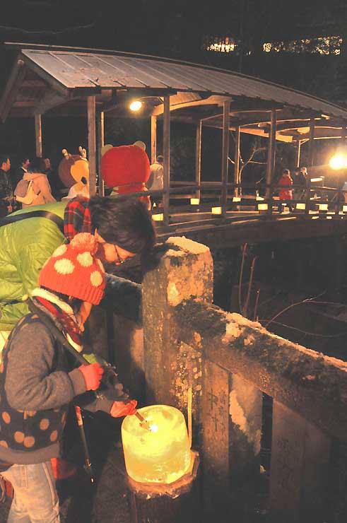 鹿教湯温泉の五台橋(奥)周辺で始まった「氷灯ろう夢祈願」。温泉街にぬくもりある火がともった