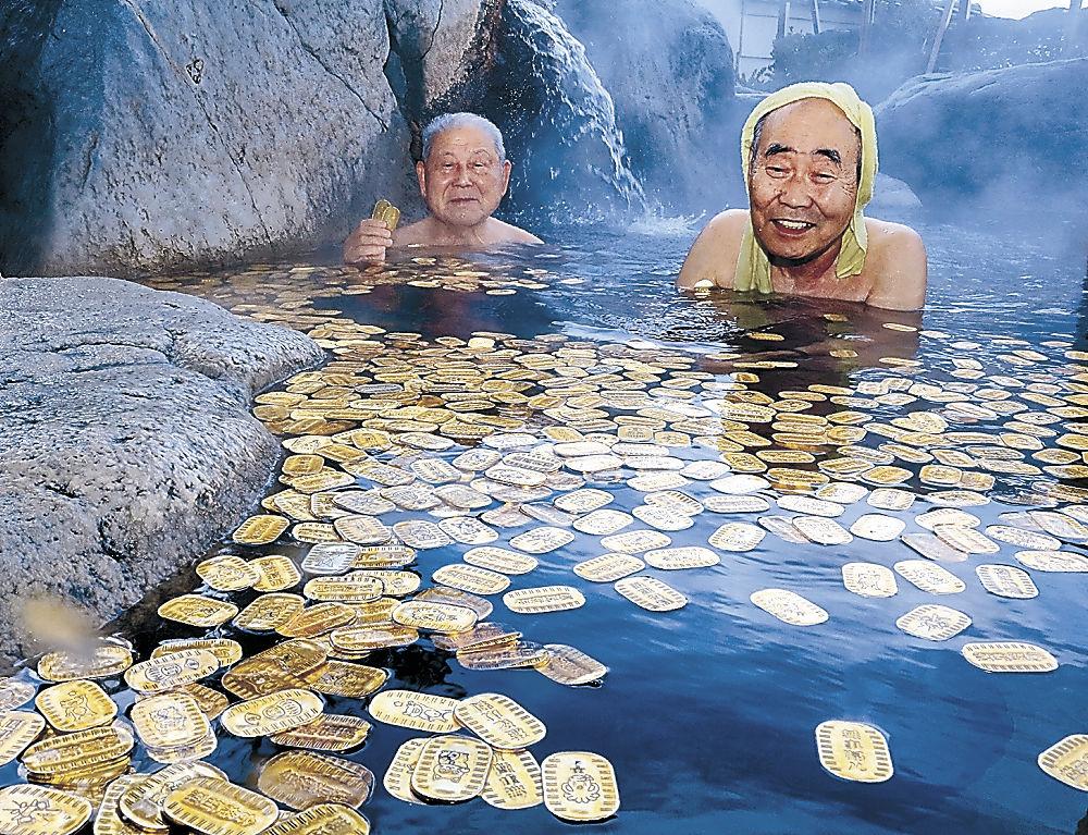 小判風呂を一足早く楽しむ入浴客=白山市の松任海浜温泉