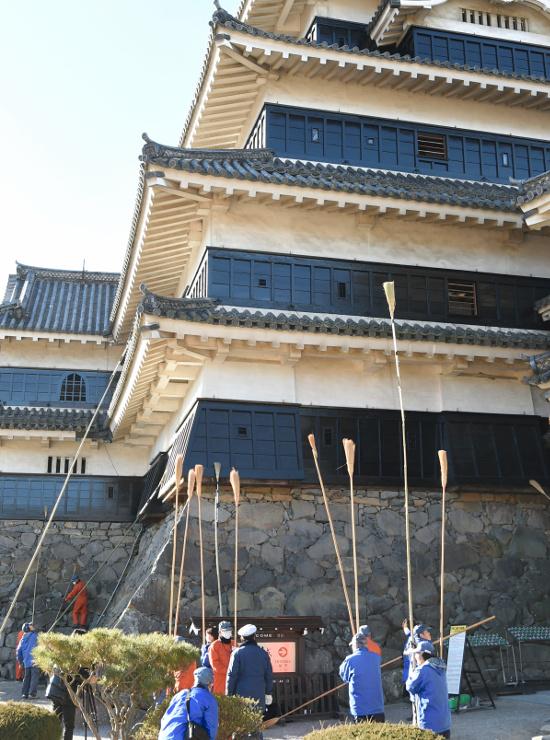 天守のすす払いをする松本城管理事務所の職員ら
