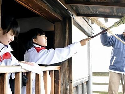 天守すす払い、中学生お手伝い 丸岡城、迎春準備進む